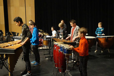 Ecole de musique EMC à Crolles – Grésivaudan: Ensemble  de percussionnistes de 1er cycle, Les Percut'1, durant un spectacle.