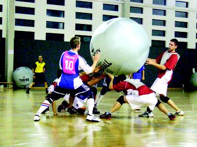 Ballon géant de Kin ball pour jeu officiel à acheter pas cher. Ballon de kinball Omnikin noir, rose ou gris.