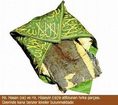 Kleidung stück von Hassan (Radiyallahu Anh) und Hussain (Radiyallahu Anh) worauf blut flecke drauf sind.