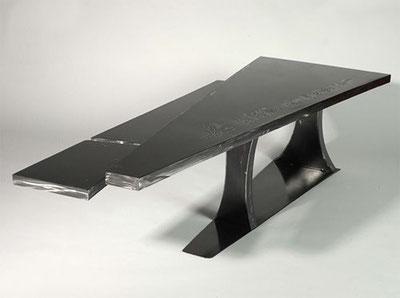 Table à repenser – Acier gravé à l'arc et verni au four 42x166x90 cm (2006)