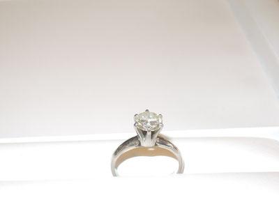 昔から持っているダイヤの指輪。ダイヤをそのまま使って、デザインを変えます。