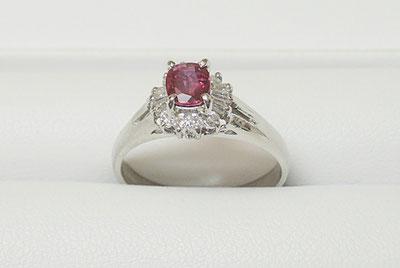 枠に合う宝石の取付修理できます。ダイヤや色石選びもお任せください。