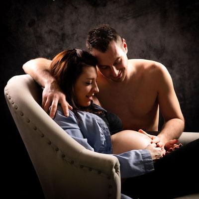 Photo de couple en studio séance grossesse, dans l'Oise