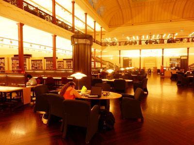 公立図書館iにポールセンの照明が