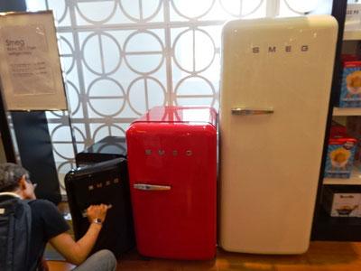 一番小さいSMEG冷蔵庫を念入りにチェックする山田