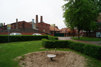 Spielplatz, im Hintergrund die Glockengießerei, April 2014