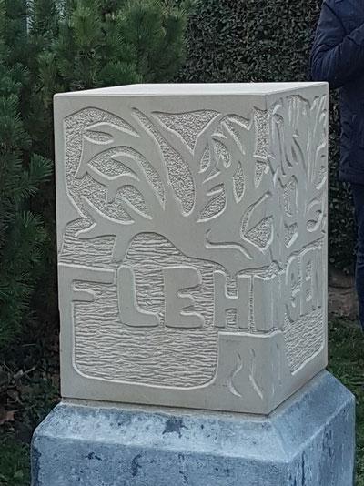 """""""Ohne Erinnern kein Versöhnen"""" mahnt die Inschrift auf der Rückseite des 2018 aufgestellten neuen Gedenksteins an der Ortsverwaltung Flehingen."""
