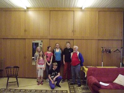 Paula Schmidt, Svenja Fasold, Laura Frie, Robin Postler, Isabel Marock, Thore Fuers und Regisseur Erwin Delekat