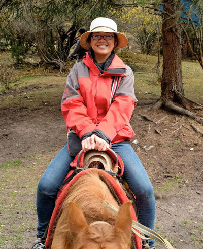 Auch unerschrocken – unser Guide Ellen zum ersten Mal auf einem Pferd