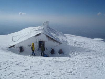 雪に埋まった小屋