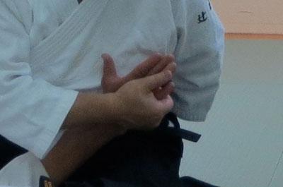 ③右手で受けの小指球を包み代える・取りの母指球は受けの母指寄り背側に密着し