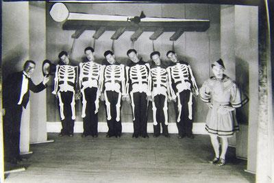 Pendant la 2e guerre mondiale, interprétation presque réaliste de la « Ballade des pendus » par un groupe de Lucois et de soldats de l'Aéro-Navale cantonnés à Luc.