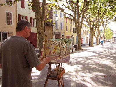 Tony peint dans le village de Rougiers