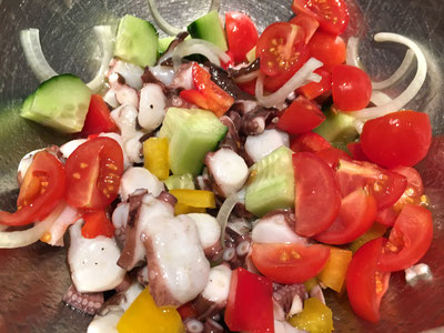 Pulpo und Gemüse mit der Salatsauce vermischen