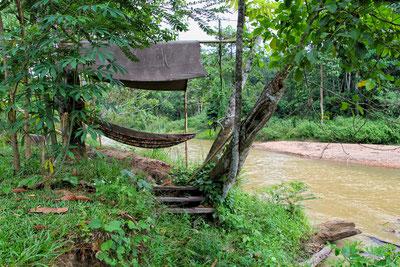 Am Fluss kann man auch in einer Hängematte entspannen.
