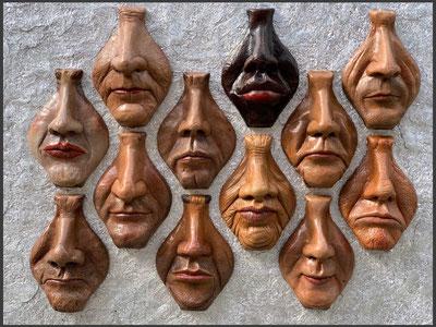 """""""Nasenparade"""" 12 Lederskulpturen vom Mund-Nasenbereich vor einem Hintergrund aus Aluminium"""