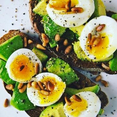 Protein Eiweiß Vollkornbrot Avocado Ei Pinienkerne Rezept Frühstück