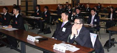 張本会長の講演に熱心に聞き入る綾部、福知山両JCのメンバーら