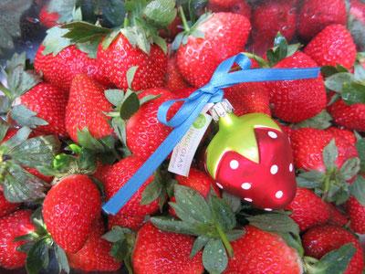 Glasschmuck Erdbeeren von Inge-Glas als Geschenkidee.