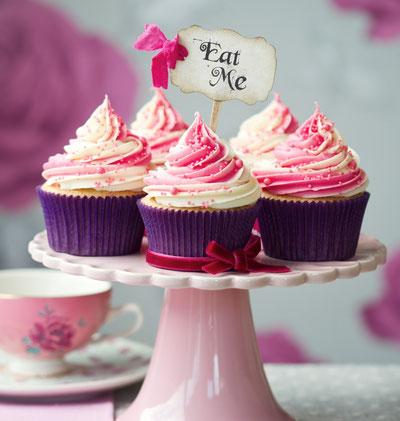 Bild: Leckere Cupcakes mit zweifarbigem Frosting in tollen Förmchen