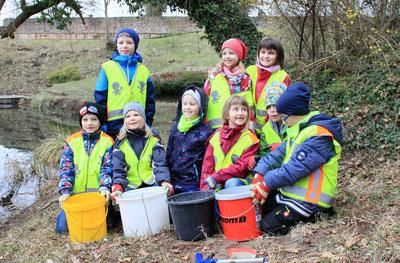 Die Kindergruppe hilft beim Kröten sammeln am Amphibienschutzzaun