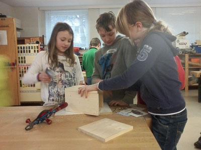 Mädchen und Jungen sind gleichermaßen geschickt beim Bauen von Nistkästen