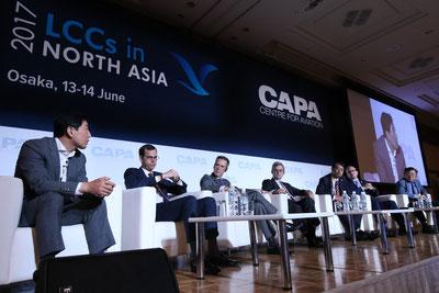 第1日目最初の討議は「LCCは空港に何を望むのか」、関西空港、成田空港とピーチアビエーション、香港エクスプレス、チェジュエアのトップが主張を語る。
