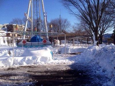遊園地内。雪かきが進みました。