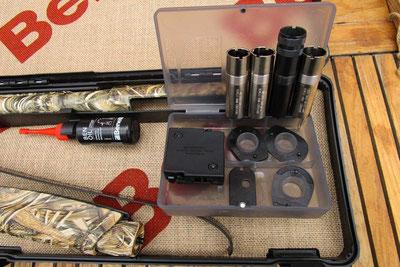 Die Auswahl der richtigen Waffe ist für eine erfolgreiche Krähenjagd wichtig. Der einzelne Schütze entscheidet über Wahl eine Repetierflinte, Selbstladeflinte oder Bockflinte.