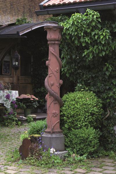Haussäule im Eingangsbereich des Scheidegger Rosengartens