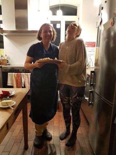 Überredet. Wir fahren nach Hause mit dem Rezept für frisch gebackenes Brot. Geheimzutat: Anis.