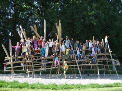 Der große Moment: Die Kinder erobern das Klettergerüst!