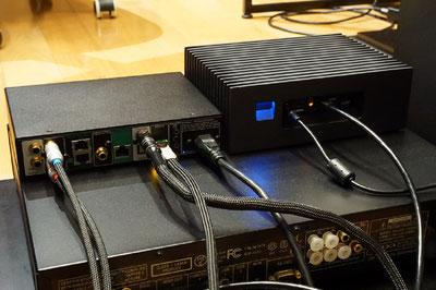 MQA-CDを再生するためにユニバーサルプレーヤーとMeridian218は同軸ケーブルで接続。上段右はRoonのミュージックサーバーNucleus.
