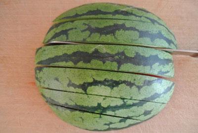 Wassermelone schnell und einfach in mundgerechte Stücke schneiden