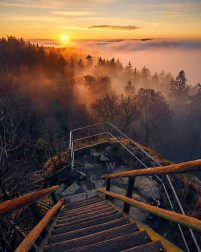 Sonnenaufgang mit Nebel im Fichtelgebirge auf der Schüssel am Großen Waldstein