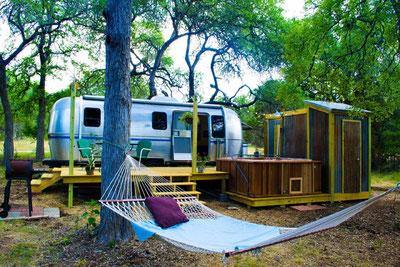 MAG Lifestyle Magazin Reisen Urlaub USA Abenteuerurlaub Unterkünfte Abenteurer Dixie Daisy Airstream, Hill Country, Texas