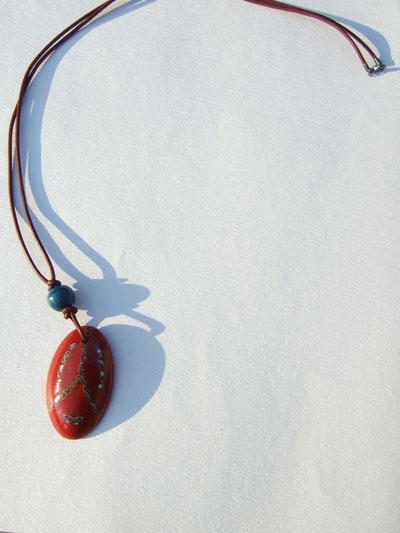 赤紫の水牛の紐に青うるしの玉。