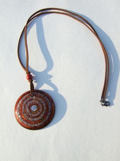 茶色の牛革の紐に赤うるしの玉。