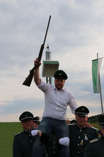 Dennis Gipperich auf den Schultern der Offiziere Michael Reperich und Reinhard Kranz.