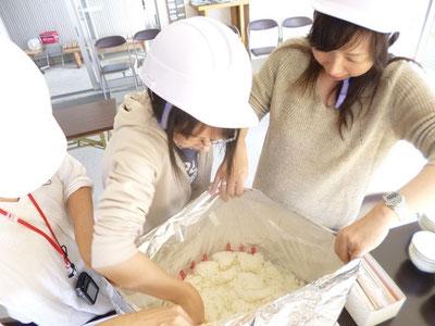 発電機等で沸かしたお湯を使用してアルファ米ごはんを作ります。