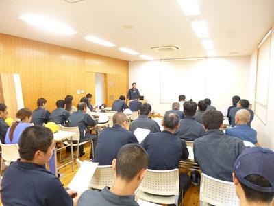 備蓄備品や緊急連絡網の説明、訓練を経ての反省点、意見交換を行いました。