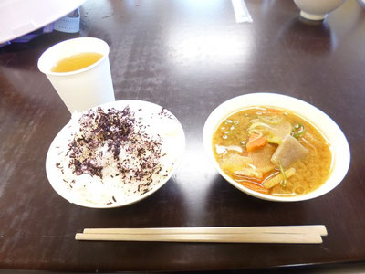 アルファ米と缶詰トン汁を試食。これが結構イケます。