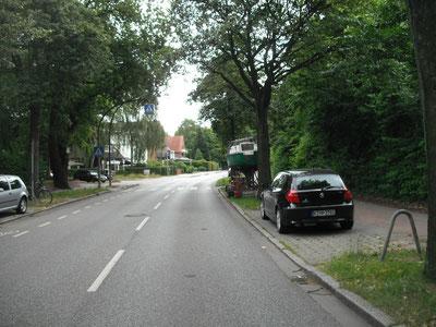 Erst 30 Meter vorher kann  der geneigte Autofahrer Fußgänger erkennen, die den Fußgängerüberweg überqueren möchten.