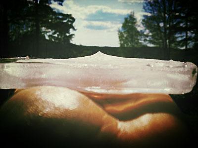 Recht boven deze ijsplaat plaatste ik een orgonite. In het midden vormde zich een stalachmiet.