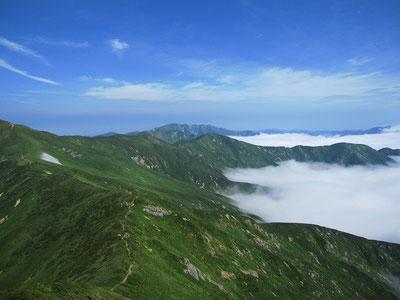 朝日連峰登山道上倉山からの大朝日岳