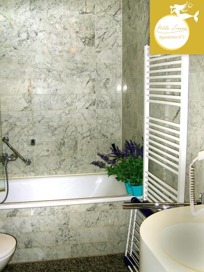 Villa Sirene Binz, Wohnung Nr. 2: Marmorbad mit Badewanne (nur die Wohnung Nr. 2 verfügt über eine Badewanne in der Villa)
