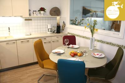 Villa Sirene Binz, Wohnung Nr. 2: die bequemen Küchenstühle laden laden zu gemütlichen Abenden ein