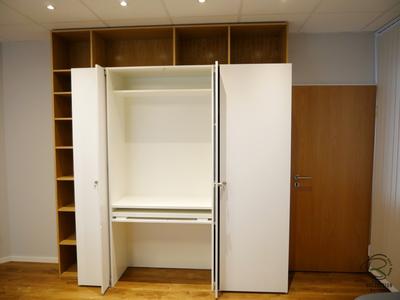 abschließbarer Schreibtischschrank in weiß matt Bücherregal in Eiche furniert u. ausziehbarer Schreibtischplatte, Schreibtisch mit Bücherregal, versteckter Schreibtisch im Schrank, abschließbarer Sekreträr, Schreibtisch mit Dreheinschiebetür,