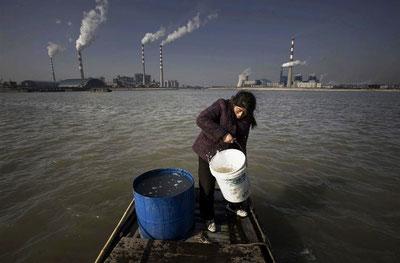 Siden 2003 har der været fabriksbyggeri rundt om den kinesiske fiskerby Yanglingang. Idag er de små fiskerbyer omringet af kraftværker, papirfabrikker og kemiske anlæg.