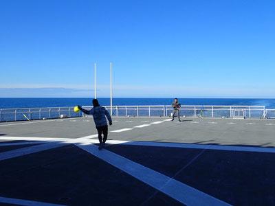 暖かな日差しの中で艦上球技